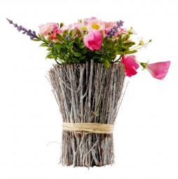 Blütenarrangement mit Rattan